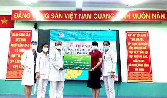 Vietcombank trao 5,5 tỷ đồng hỗ trợ Bệnh viện Phạm Ngọc Thạch phòng chống dịch COVID-19